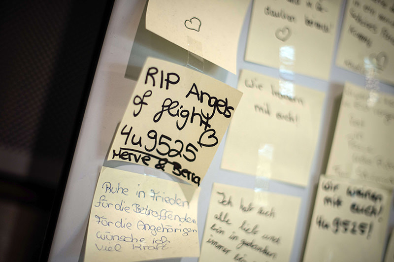 Messages are posted on a wall to commemorate the victims of the Germanwings plane crash in southern France, on June 9, 2015 at the airport in Duesseldorf, Germany (EPA Photo)