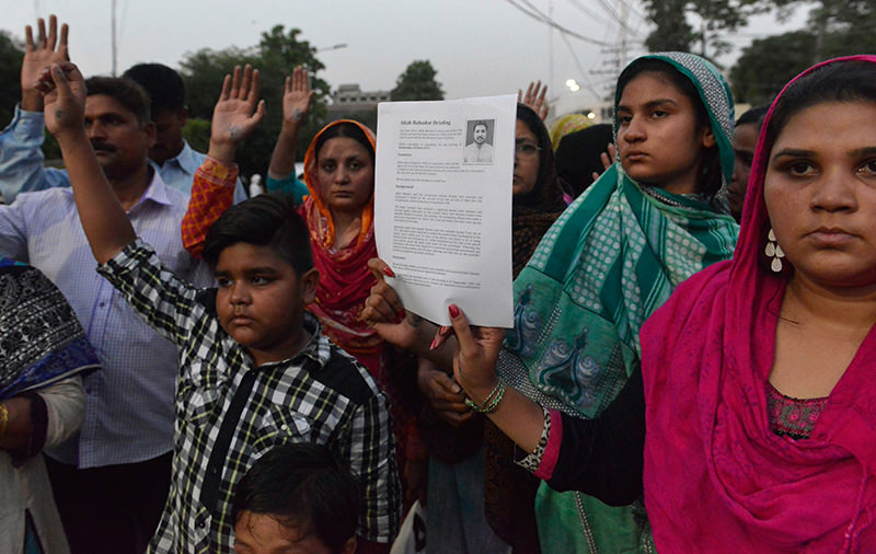 Relatives of convicted murderer Aftab Bahadur Masih stage a protest to stop his execution in Lahore on June 9, 2015 (AFP Photo)