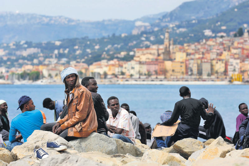 Stranded migrants wait at the Franco-Italian border near Menton, southern France, 14 June 2015. More than 150 migrants who wished to cross the border have been blocked by the French and Italian police.