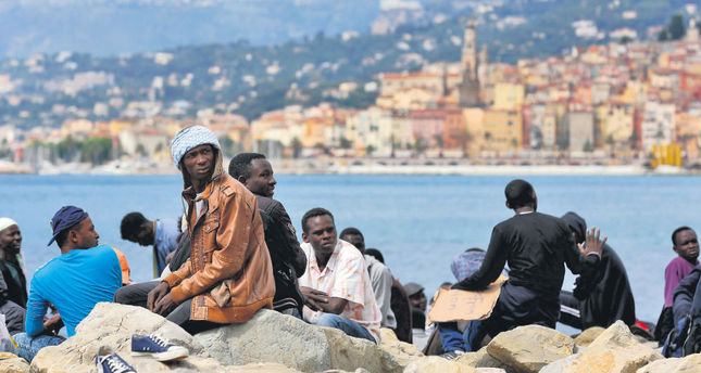 Stranded migrants wait at the Franco-Italian border near Menton, southern France, 14 June 2015. More than 150 migrants who wished to cross the border have been blocked by the French and Italian police. (EPA Photo)