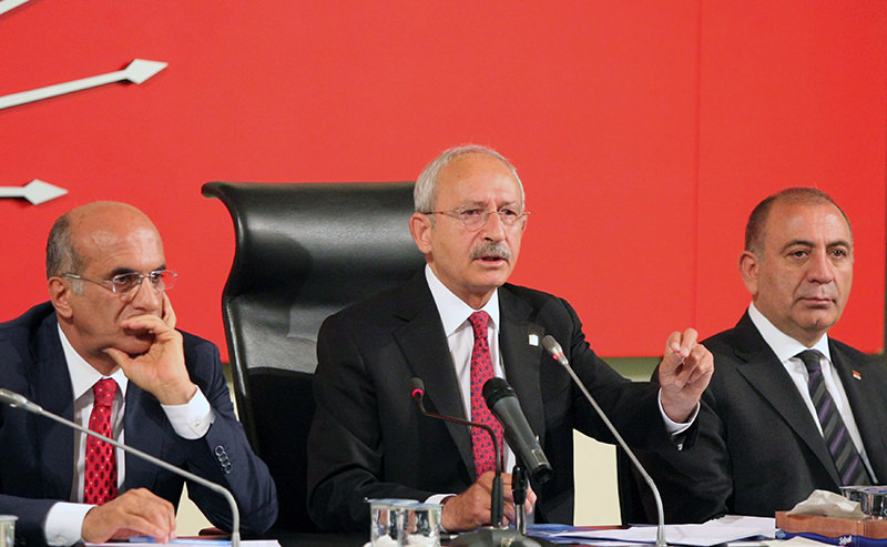 Kemal Ku0131lu0131u00e7darou011flu  (C), chairman of Turkey's main opposition Republican Peoplesu2019 Party (CHP) gives a statement to the press before a council meeting in Ankara on june 15, 2015 (AFP Photo)