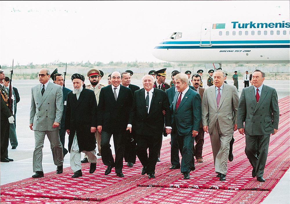 Demirel with leaders of Central Asian republics. From right to left: Nursultan Nazarbayev (Kazakhstan), Heydar Aliyev (Azerbaijan), Saparmurat Turkmenbashi (Turkmenistan), Demirel, Askar Akayev (Kyrgyzstan), Burhanuddin Rabbani (Afghanistan)