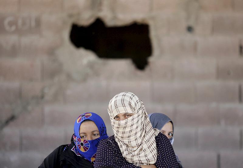 Syrian refugee women wait after crossing into Turkey at the Aku00e7akale border gate in u015eanlu0131urfa province, Turkey, June 16, 2015 (REUTERS photo)