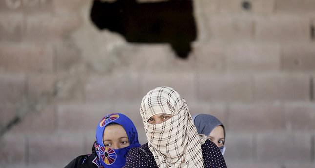 Syrian refugee women wait after crossing into Turkey at the Akçakale border gate in Şanlıurfa province, Turkey, June 16, 2015 (REUTERS photo)