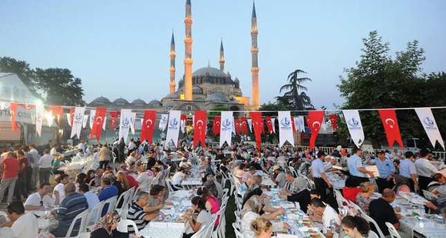 Edirne Municipality hosts iftar (fast-breaking dinner) on street