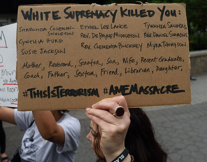 Mourners gather in Union Square Park June 18, 2015 in New York in to remember those killed at a prayer meeting in Charleston, South Carolina (AFP Photo)