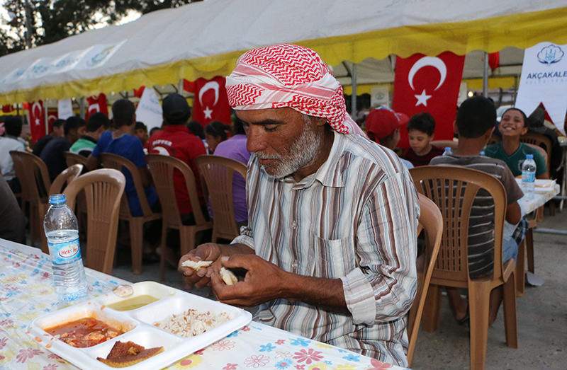 Syrian man breaks his fast at an iftar dinner hosted by Aku00e7akale Municipality (AA Photo)