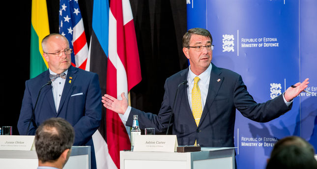 Lithuanian defense Minister Juozas Olekas, left, and US Secretary of Defense Ashton Carter attend a joint press conference after a meeting in Tallinn, Estonia, Tuesday, June 23, 2015. (AP Photo)