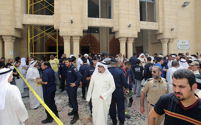 Kuwaiti security forces gather outside the Shiite Al-Imam al-Sadeq mosque after it was targeted by a suicide bombing during Friday prayers on June 26, 2015, in Kuwait City (AFP Photo)