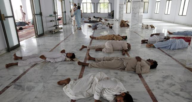 Men sleep on the floor during a heat wave, at a mosque at the premises of Jinnah Postgraduate Medical Centre (JPMC) in Karachi, Pakistan, June 28, 2015. (REUTERS Photo)