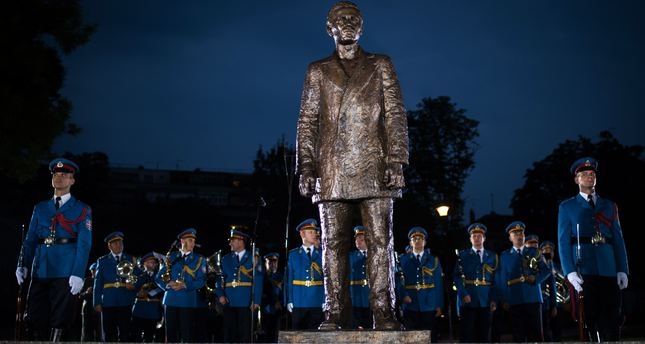 Serbian army honour guard stands behind the two-meter (6.6-foot) high bronze statue of Gavrilo Princip after an unveiling ceremony at a park in downtown Belgrade on June 28, 2015. (AFP Photo)