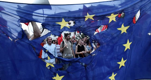 Members of left wing parties burn a European Union flag during a protest in the northern Greek port city of Thessaloniki, Sunday, June 28, 2015 (AP Photo)