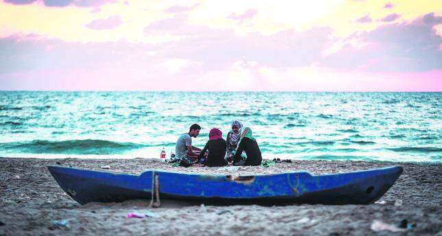 Gazans seek comfort at sea-side iftars