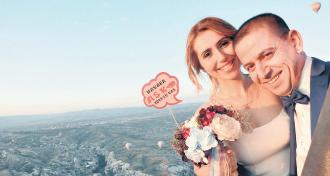 Couple marries in hot-air balloon at 1,000 meters
