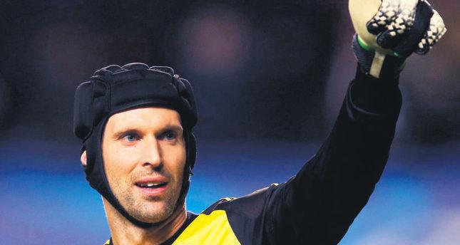 Arsenal signs Chelsea goalkeeper Cech