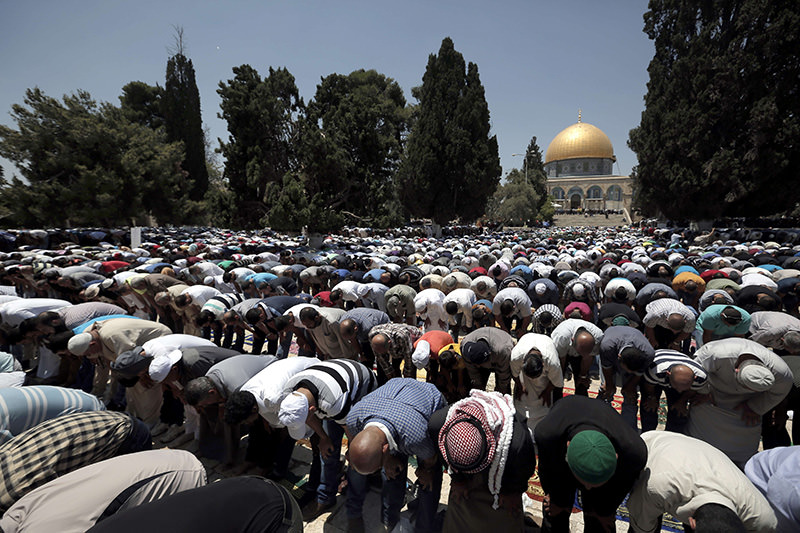 Palestinian worshipers pray outside the Dome of the Rock at the Al-Aqsa Mosque compound in Jerusalem during the third Friday prayers of the Muslim holy fasting month of Ramadan on July 3, 2015 (AFP Photo)