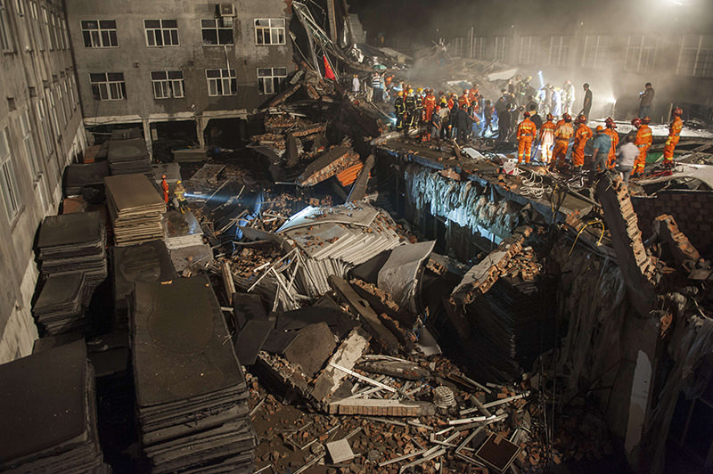 This photo taken on July 4, 2015 shows rescuers looking for survivors in the debris of a collapsed building in Wenling, east China's Zhejiang province (AFP Photo)