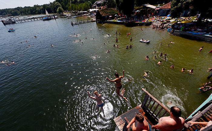 Youths jump into the cool waters of the Ammersee lake in Utting, near Munich, July 5, 2015 (Reuters Photo)