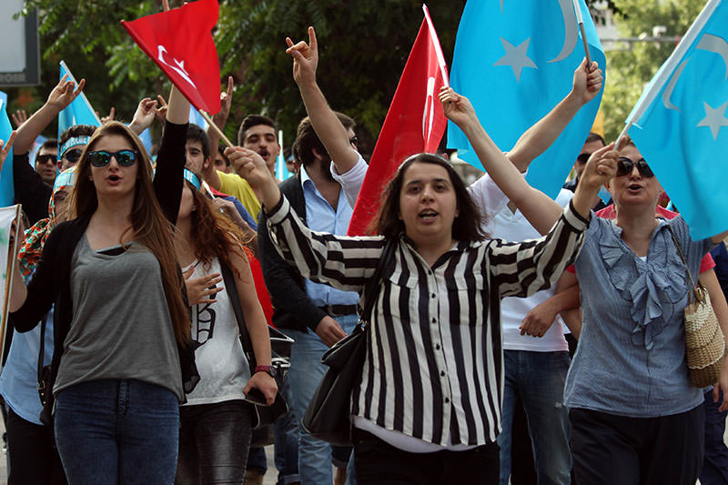 Turkish protestors demonstrate in front of the Chinese Embassy in Ankara, on July 5, 2015, to denounce the Chinese governmentu2019s policies on Uyghur Muslims (AFP Photo)