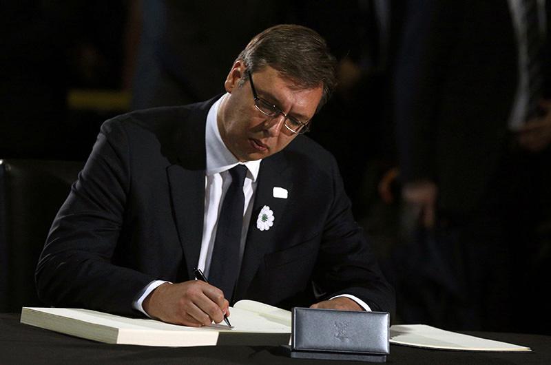 Serbian Prime Minister Aleksandar Vucic writes in the book of condolences during a ceremony marking the 20th anniversary of the Srebrenica massacre in Potocari, near Srebenica, Bosnia and Herzegovina July 11, 2015. (Reuters Photo)