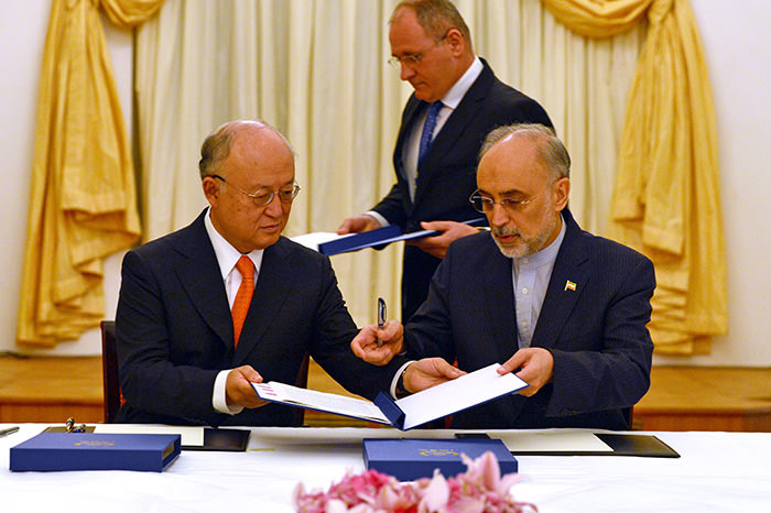 IAEA Director General Yukiya Amano and Vice President of the Islamic Republic of Iran Ali Akhbar Salehi signing a roadmap regarding Iranu2019s nuclear program in Vienna (EPA Photo)