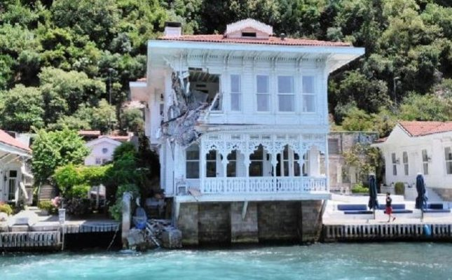 Ship collides into waterfront mansion in Istanbul - Daily ...