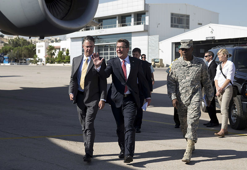 US Defense Secretary Ashton Carter (C), joined by US Army Lt. Gen. Ron Lewis (R) and Chief of Staff Eric Rosenbach (L) boards his plane at Queen Alia Airport in Amman on July 23, 2015, en route to Baghdad (AFP photo)