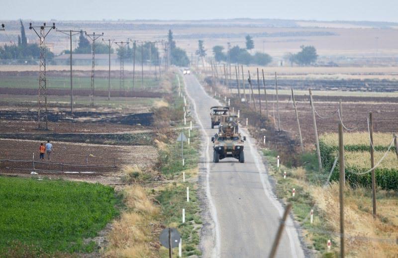 Turkish tanks patrol near Syria border line near Elbeyli, near Kilis, southeastern Turkey, 24 July 2015 (EPA Photo)