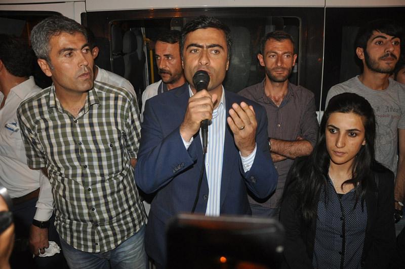 HDP Deputy Abdullah Zeydan (Center) (DHA Photo)