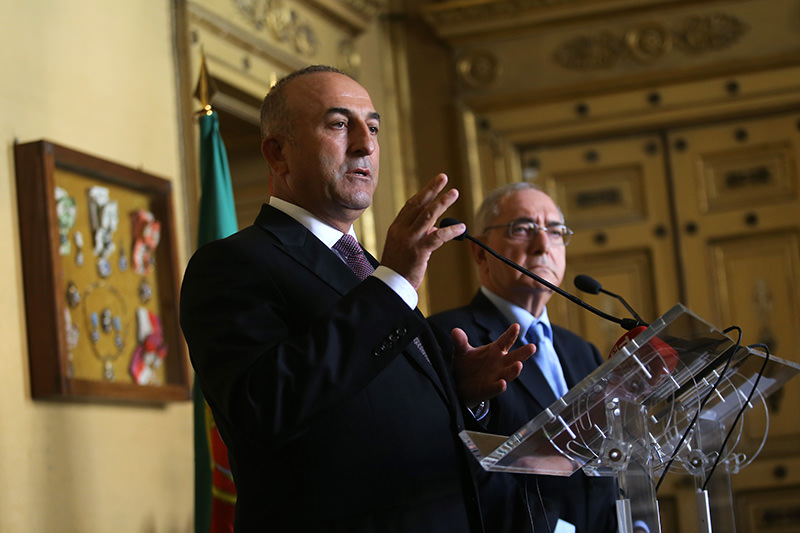 Turkish Foreign Minister Mevlu00fct u00c7avuu015foplu, left, talks to journalists during a joint news conference with his Portuguese counterpart Rui Machete following their meeting at the Portuguese Foreign Ministry, in Lisbon, Monday, July 27, 2015 (AP Photo)