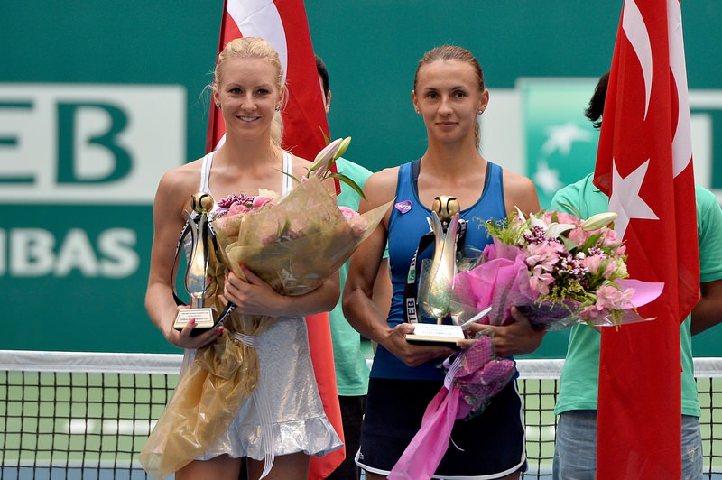 Ukraine's Tsurenko (right) defeats Poland's Radwanska (left) and wins her first WTA title in the Istanbul cup on July 26, 2015. (AA Photo)