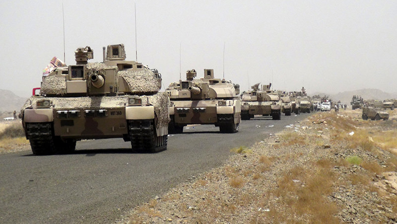 Tanks of fighters loyal to Yemen's President Abd-Rabbu Mansour Hadi are seen on a road leading to the al-Anad military and air base in the country's southern province of Lahej August 3, 2015 (Reuters photo)