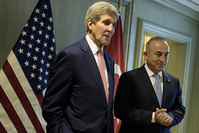 US Secretary of State John Kerry and Turkey's Foreign Minister Mevlüt Çavuşoğlu wait for a meeting in Kuala Lumpur, Malaysia, on Wednesday, Aug. 5, 2015 (AP Photo)
