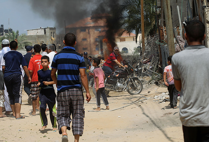 Palestinian police secure the area following an explosion that ripped through a house in the Al-Shabura refugee camp near the southern Gaza Strip town of Rafah on August 6, 2015 (AFP Photo)