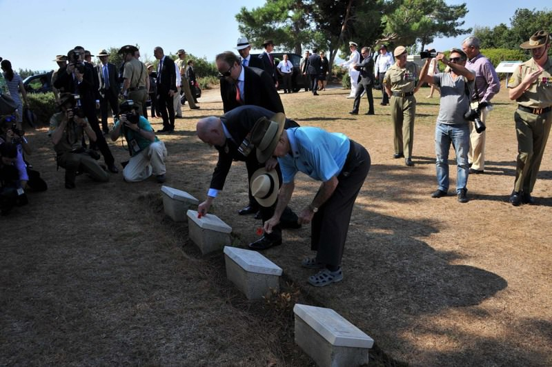 Australian Governor-General Sir Peter Cosgrove and others left flowers on the graves of Ottoman troops killed in the Battle of Gallipoli before the commemoration event.