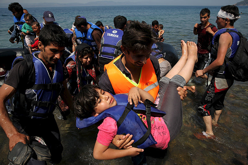 Afghan immigrants arrive in a dinghy on the Greek island of Lesbos after crossing a part of the Aegean Sea between Turkey and Greece, August 6, 2015 (Reuters photo)