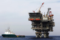 An offshore platform, which produces newly discovered Israeli natural gas, is seen in the Mediterranean sea, west of the port city of Ashdod in this February 25, 2013 (Reuters Photo)