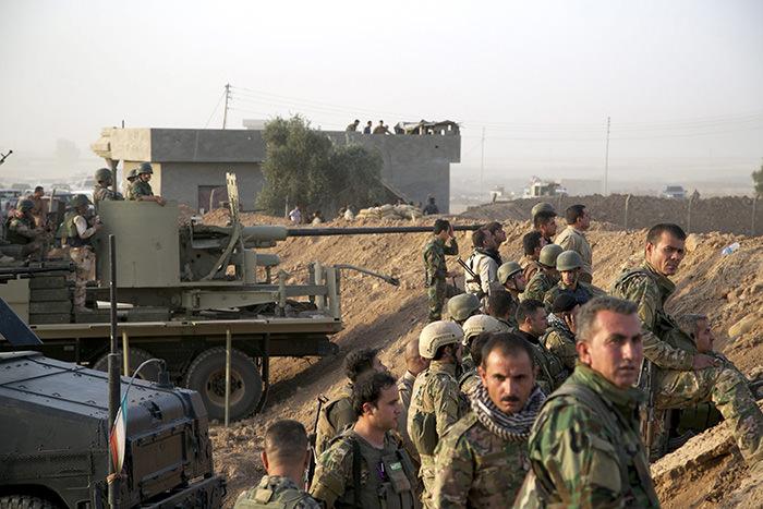 Kurdish Peshmerga soldiers take up positions, south of Kirkuk, northern Iraq, 06 July 2015 (EPA Photo)