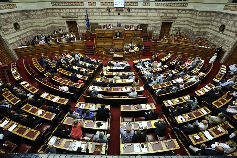 Lawmakers take part in a parliamentary session in Athens, Friday, Aug. 14, 2015 (AP Photo)
