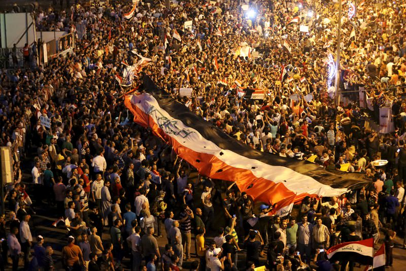 People shout slogans during a demonstration to show support for Iraqi Prime Minister Haider al-Abadi at Tahrir Square in central Baghdad, August, 9, 2015. (REUTERS Photo)