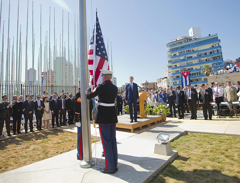 US Secretary of State John Kerry(C), stands with other dignitaries as members of the US Marines raise the US flag over the newly reopened embassy in Havana, Cuba on August 14, 2015 (AFP Photo)