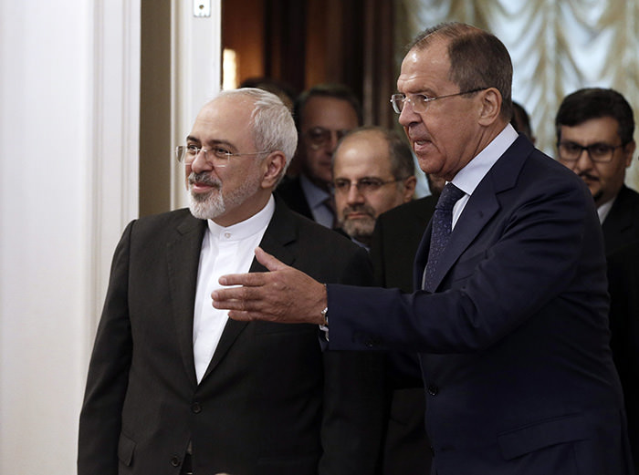 Iranian Foreign Minister Mohammad Javad Zarif (L) and Russian Foreign Minister Sergei Lavrov (R) meet in Moscow, Russia, 17 August 2015 (EPA Photo)