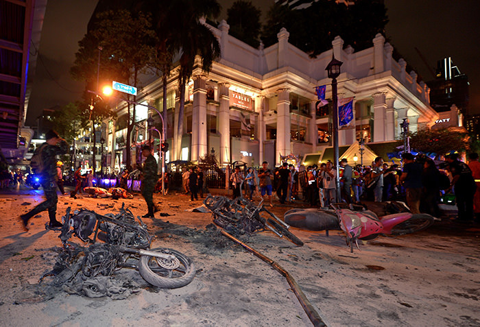 Thai soldiers inspect the scene after a bomb exploded outside a religious shrine in central Bangkok late on August 17, 2015 killing at least 10 people and wounding scores more (AFP Photo)