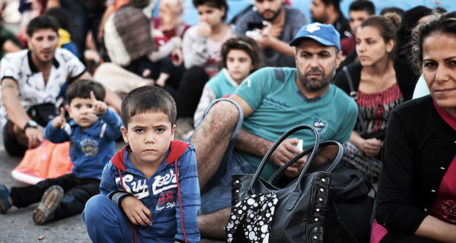 Newly arrived Syrian migrants wait in the port of Kos to be registered on the Eleftherios Venizelos liner on August 17, 2015 (AFP Photo)
