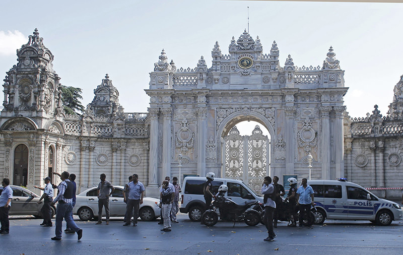 Turkish police secure the area after a shooting incident near the entrance to Dolmabahu00e7e Palace in Istanbul, Turkey August 19, 2015 (Reuters photo)