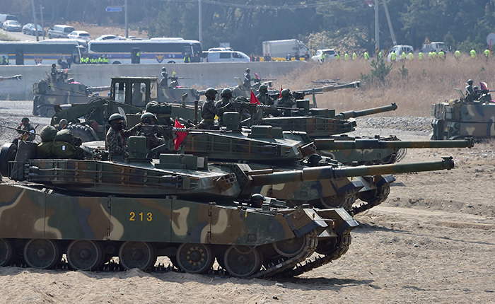 South Korean K-1 tanks take a position on a beach during a joint landing operation by US and South Korean Marines in the southeastern port of Pohang (AFP Photo)