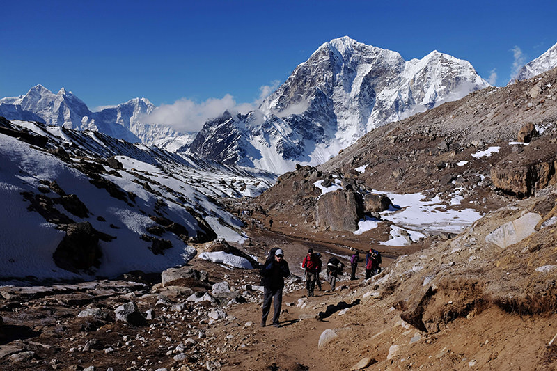 In this photograph taken on April 24, 2015, trekkers and climbers make their way up a trail leading to the village of Gorak Shep and Everest Base Camp (AFP photo).