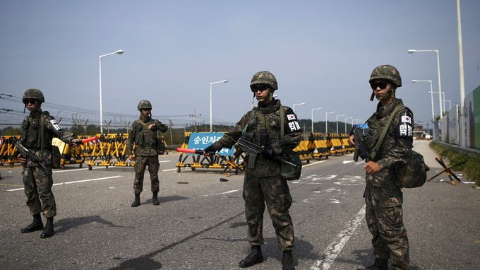 S. Korean soldiers stand guard at checkpoint on Grand Unification Bridge which leads to truce village Panmunjom, just south of the demilitarized zone separating the two Koreas, in Paju, S. Korea, Aug. 24, 2015.( REUTERS Photo)
