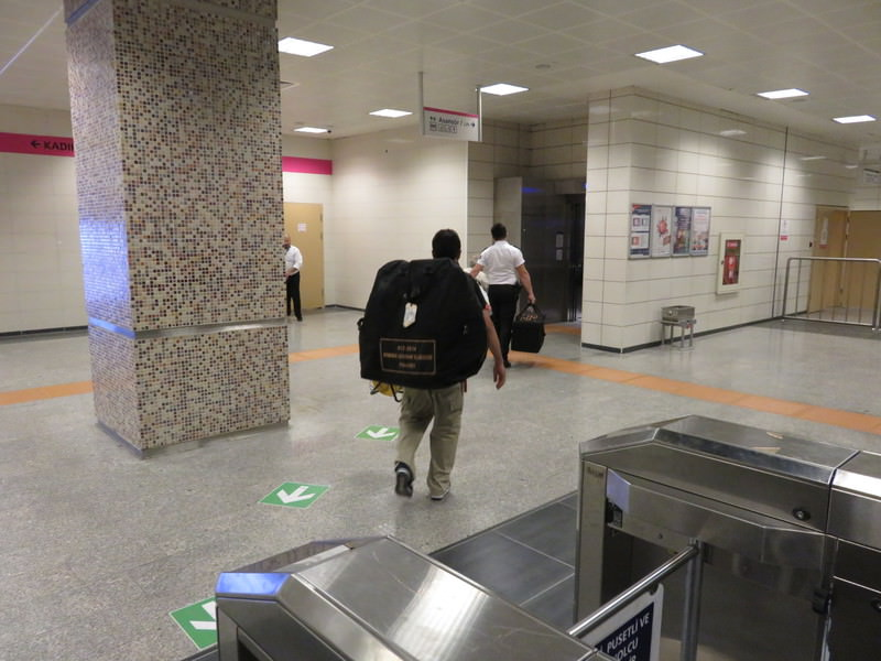 Bomb distmantling units arrive in Istanbul's Ayru0131lu0131ku00e7eu015fme metro station after a suspicious package is reported on August 26, 2015. (DHA Photo)