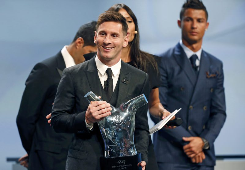 Barcelona's Lionel Messi poses with his Best Player UEFA 2015 Award while Cristiano Ronaldo (R) looks on during the draw ceremony for the 2015/2016 Champions League Cup, on August 27, 2015. (REUTERS Photo)